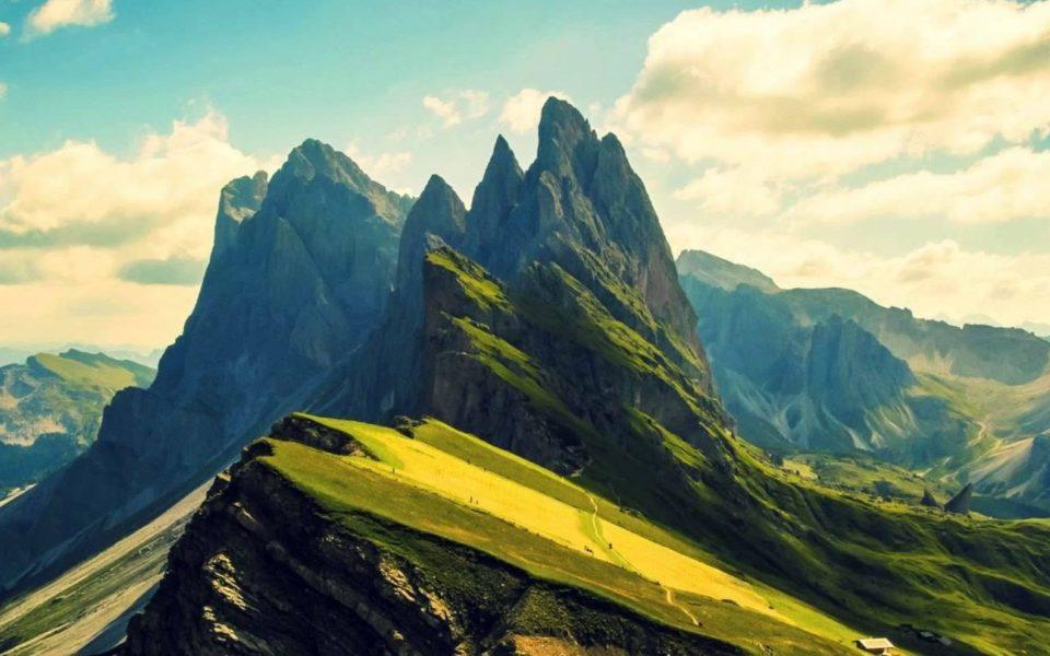 http://www.zavodrajem.cz/wp-content/uploads/2018/02/mountain_peaks_and_a_few_houses_1920x1080-e1518358181912-960x600_c.jpg